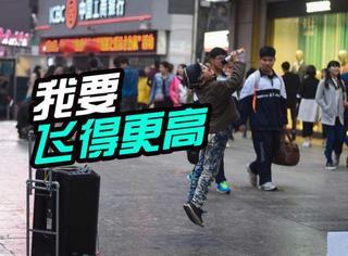 """9岁少年版""""汪峰"""":长沙男孩街头卖唱养活全家!"""