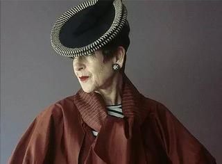 这位66岁的帽子狂魔,每天都穿得很drama