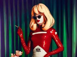 劳模丨这位充气娃娃凭借自身努力坐遍了时装周头排!
