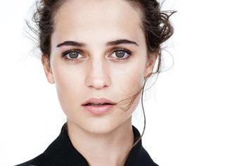 她是当今好莱坞最「得宠」的女演员,还俘获了「欧洲第一腰」