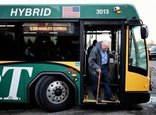 86岁的他最后一天上班,却在回家的公交车上被弄哭了