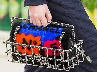 "10w一只的Chanel""菜篮子""记得吗?它又开始流行了!"