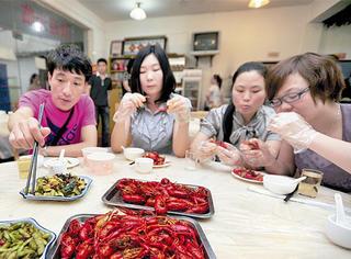 外国人吃小龙虾吗?
