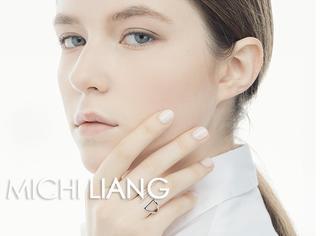 这个小而美的极简首饰品牌,用金属和珍珠构筑出前卫且优雅的世界