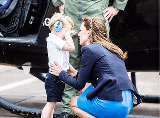 """乔治小王子""""试驾""""飞机,变成好奇宝宝后竟被飞机吓哭了!"""