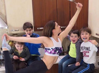 她生了四个娃身材不仅没走形,反而靠拉扯孩子练出惊艳的马甲线!