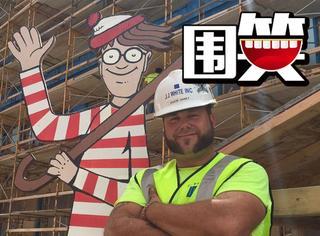建筑工人整天扛着木板人偶藏来藏去,就是为了逗孩子们开心