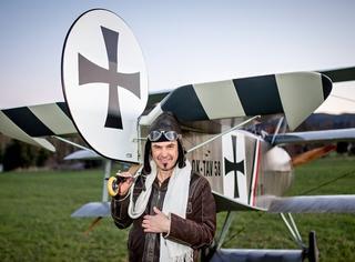 自己造架飞机,每天开飞机上班...这哥们的生活,真的好酷