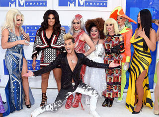 活久见!今年VMA最出风头的竟然是这群cos成女星的男人!