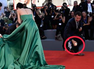 中国女演员在威尼斯红毯上摔倒,还摔出了吸奶器!我好尴尬