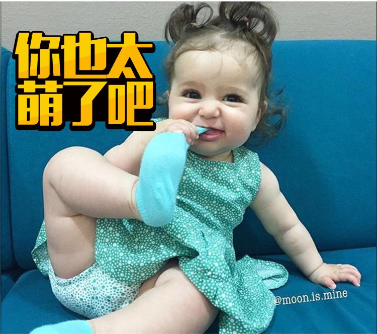 被这个爱啃脚的大眼睛baby萌哭了,不行我要偷小孩啦!