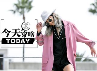 """【今天穿啥】穿烦了基础的黑白灰?给你的衣橱加点""""粉""""吧!"""