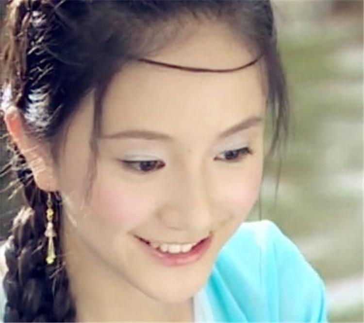 她16岁出道19岁养家,吴奇隆把她当妹妹,是黄轩唯一承认的女友,有颜会演却一直不红……