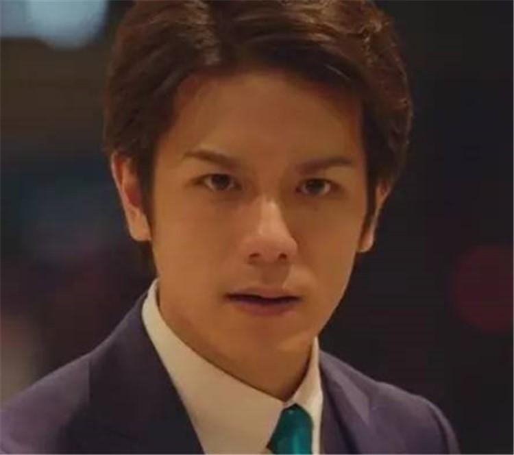 17岁时他被选为Jr黄金一代的Leader;17年后,他从樱花树下的美少年成功地蜕变成了霸道总裁,他叫泷泽秀明。