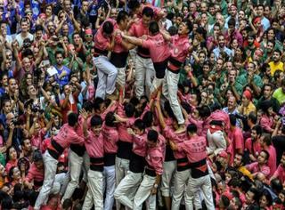 今年加泰罗尼亚叠罗汉大赛华裔团队成绩不俗,叠起十米高人塔