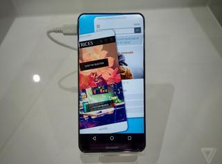 这才是绝美手机屏啊,曲面+满屏显示,四个角还有自然弧度……