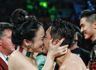 恭喜邹市明勇夺世界拳王金腰带,顺便展示下什么叫真的接吻
