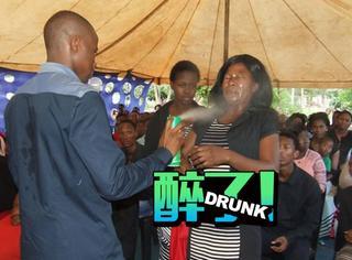 非洲牧师自称神医,用杀虫剂给人治病