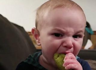 第一次吃腌黄瓜是一种什么体验,宝宝的表情亮了
