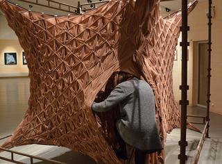 艺术家用1800双丝袜做了一个窝,丝袜控们快冲进去吧!