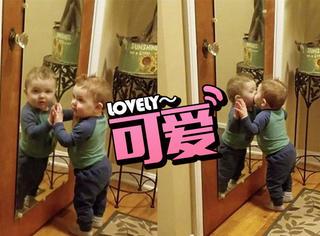 1岁宝宝被可爱的自己迷住,亲吻镜子半个小时停不下来