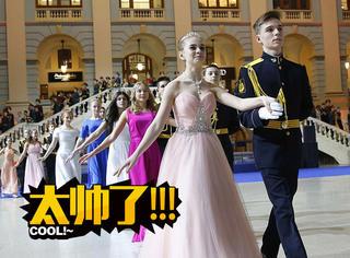 俄罗斯举办军官舞会,1000名姑娘小伙太养眼