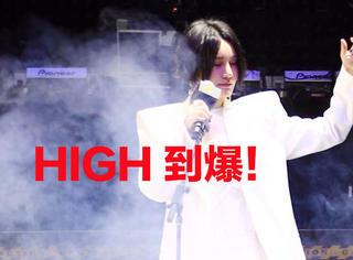 尚雯婕一身白色西装惊艳亮相,把发布会玩成电音时尚party也是服气!