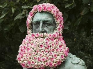 真正的花胡子,他们用花装扮那些被人遗忘的古迹