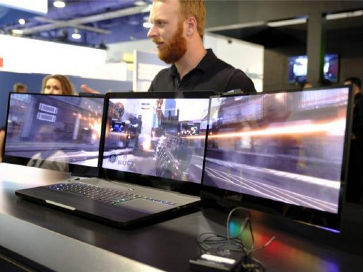 雷蛇发布世界首款三屏笔记本,游戏看片工作终于可以同时进行了?