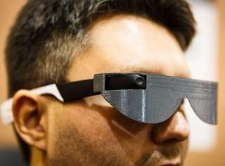 """外国人改造了谷歌眼镜,让盲人也可以""""看到""""路况"""