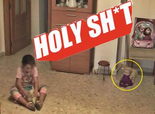 家里娃娃在角落转动眼珠注视女童!骚灵现象简直吓死个人!