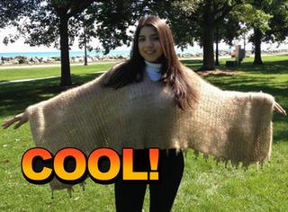 女子用狗毛织成了毛衣,还卖出了大价钱