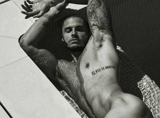 他是穿香奈儿最多的男人,却拍了一组全裸挂历,老佛爷知道吗?