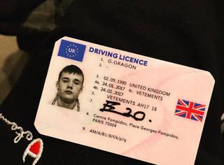 什么!权志龙的驾驶证上居然是个英国男孩的头像,怎么回事?
