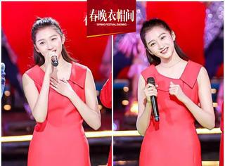 在桂林山水捉住一只红彤彤的关晓彤,喜气洋洋拜年来!