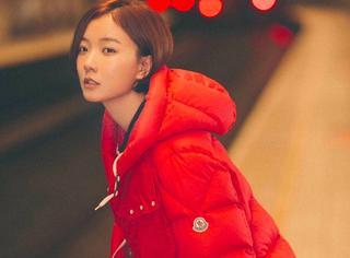 王珞丹新年第一天坐地铁欢快出行,大红羽绒服也盖不住她的文艺气质!