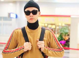 刚在春晚帅气亮相的陈伟霆,又化身淘气读书郎现身机场!