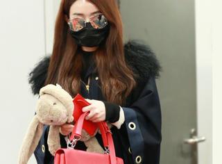 赵丽颖新年穿黑色斗篷,却靠手上这一只红包抢足了镜!
