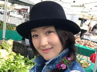 46岁美少女杨钰莹在美国农贸市场过年,扎小辫戴花甜美依旧!