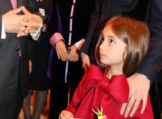 川普外孙女穿红裙神似芭比娃娃!高颜值完全遗传了她貌美如花的妈!