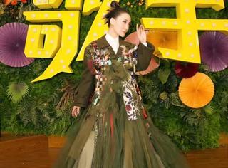 大魔王谭晶身穿巨大薄纱裙录《歌手》,裙摆有多大气场就有多大