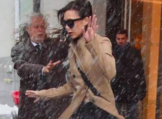 贝嫂暴风雪天出街险些摔倒,连驼色大衣也上演了一场狂舞飞扬!