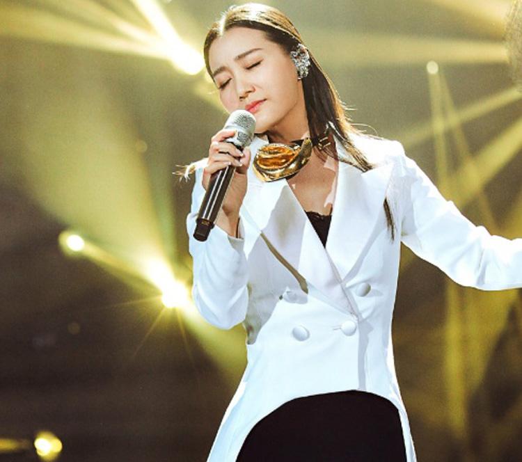 厉害了谭晶!竟把歌手舞台变成了自己的高级时装秀!