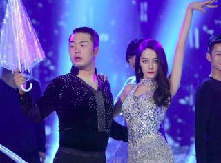 """迪丽热巴与杜海涛贴身热舞,画风就像现实版美女与""""野兽""""啊!"""