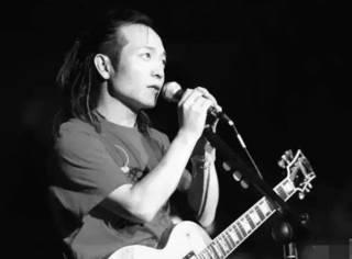他是和崔健、郑钧比肩的摇滚偶像,更用歌声温暖了两代人