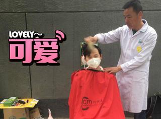 在北京街头,我们找一位潮大叔剃了5块钱的头