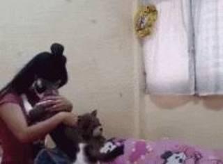 主人假装自己在伤心哭泣,想看猫的反应,没想到...