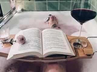 时髦人士如何在泡澡的时候享受人生?