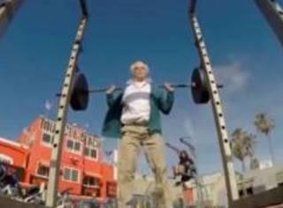 年费多少的健身房,能让84岁的老大爷举起140公斤的杠铃?!