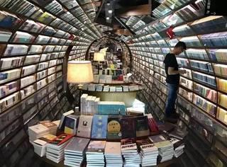 这年头谁还去书店看书啊,人家看的那是风景